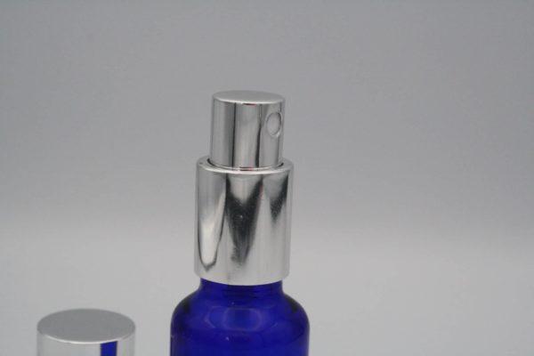 Zerstäuberpumpe auf Blauglasflsche Detail