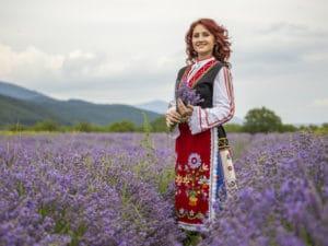Bulgarische Frau in Tracht in Lavendelfeld