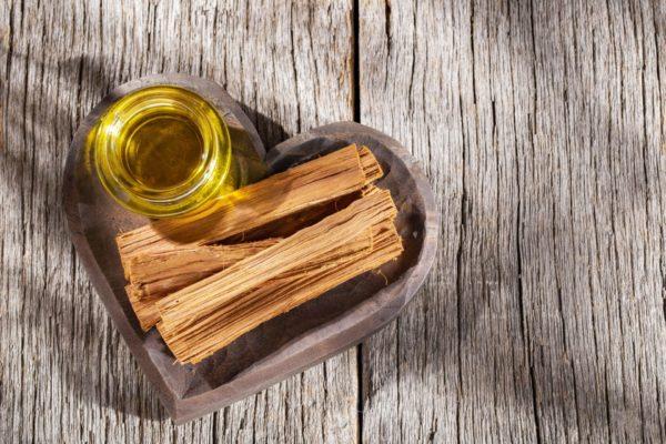Herzförmige Schale gefüllt mit Palo Santo (Heiliges Holz) - ätherisches Öl