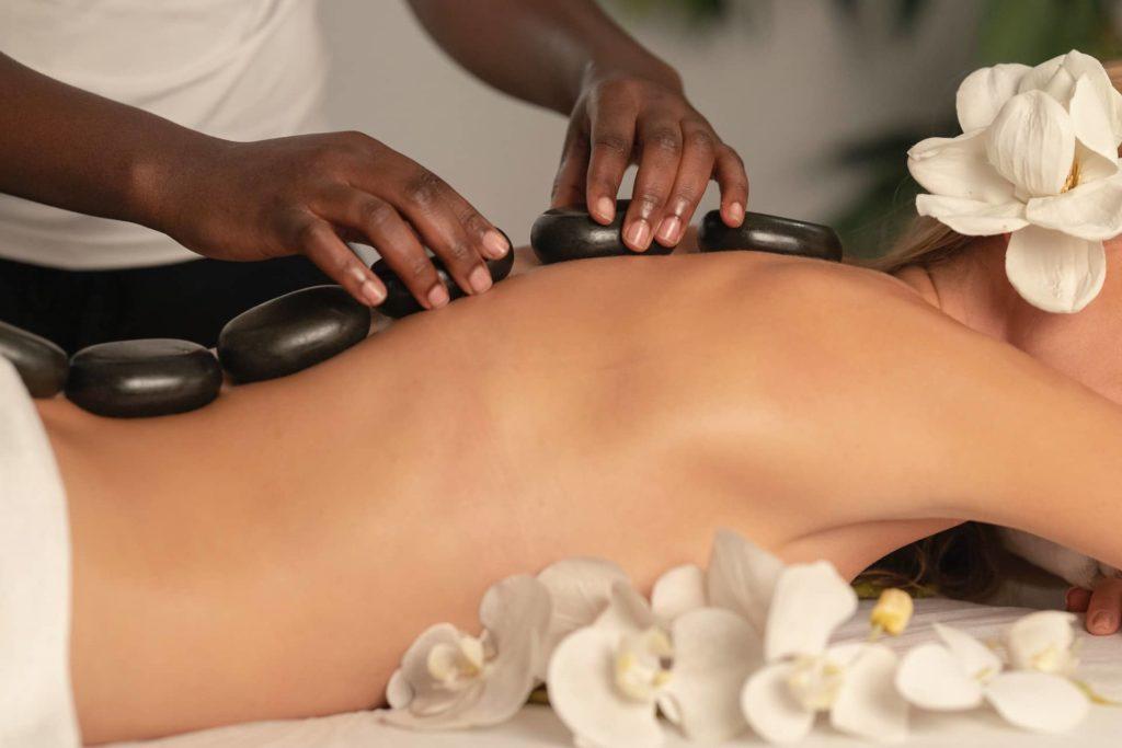 Aromatherapie-Massage mit ätherischen Ölen