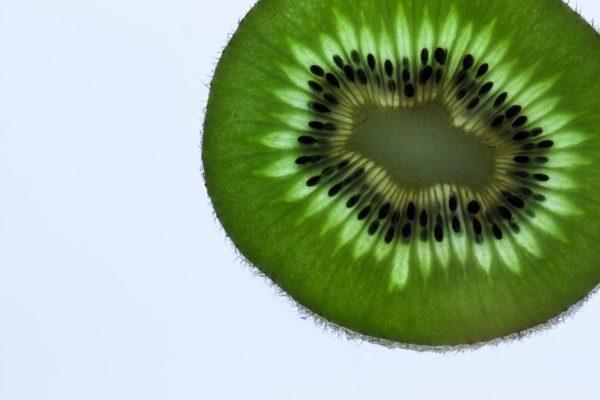 Kiwi aufgeschnitten - zur Gewinnung von Kiwisamenöl bio (kaltgepresst)