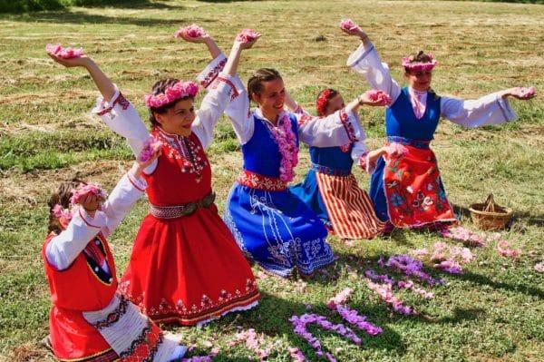 Feierlichkeiten mit Rosen aus Bulgarien zur Gewinnung von Rose Bulgarien absolue 100%