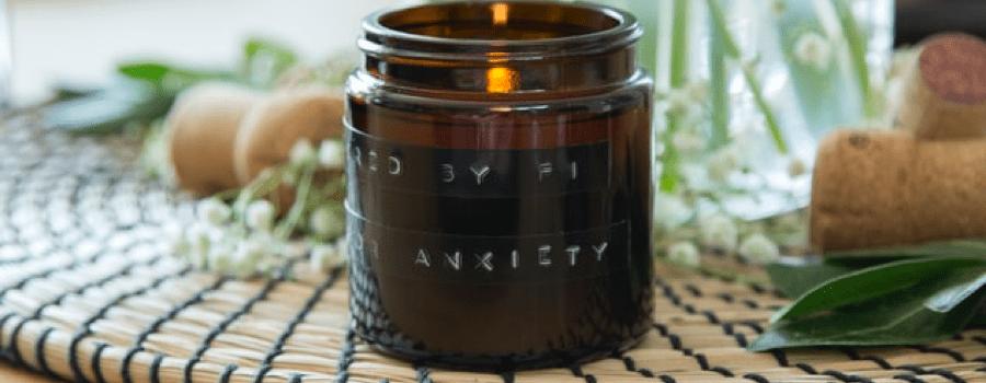 Duftkerze mit ätherischen Ölen gegen Insekten
